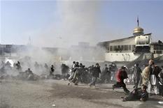 Центр Кабула через несколько секунд после атаки экстремиста-смертника на шиитский храм, 6 декабря 2012 г. По меньшей мере 48 человек, включая женщин и детей, погибли в результате атаки экстремиста-смертника на шиитский храм в центре Кабула, еще 100 получили ранения, сообщили представители полиции и министерства здравоохранения. REUTERS/Ahmad Masood