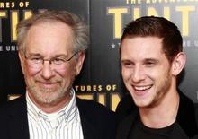 """Diretor Steven Spielberg (esq) e o ator Jamie Bell divulgam o filme """"As Aventuras de Tintin"""", em Paris. 19/07/2011   REUTERS/Eric Gaillard"""