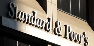 Здание агентства Standard & Poor's в Нью-Йорке, 2 августа 2011 г. Европейские акции снижались утром во вторник, после того, как агентство Standard & Poor's предупредило, что может понизить рейтинги Германии и других стран еврозоны, если лидеры блока не смогут согласовать антикризисные меры. REUTERS/Brendan McDermid