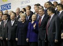 Пресс-секретарь США Хилари Клинтон (в центре) на конференции ОБСЕ в Вильнюсе 6 декабря 2011. Клинтон во вторник раскритиковала Белоруссию и Украину за нарушение прав человека и преследование оппозиции, пригрозив правительству Александра Лукашенко экономическими санкциями. REUTERS/J. Scott Applewhite/Pool