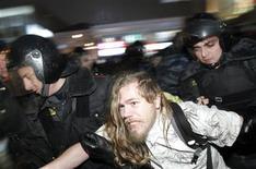 """Полиция задерживает участника акции протеста в центре Москвы 5 декабря 2011. Российские власти во вторник отреагировали на состоявшиеся днем ранее самые масштабные за последние годы политические акции протеста, пообещав пресекать """"несанкционированные"""" уличные выступления. REUTERS/Anton Golubev"""