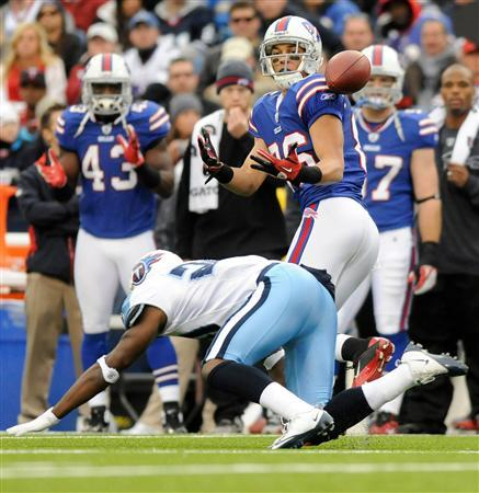 Buffalo Bills wide receiver David Nelson (R) makes a catch over Tennessee Titans cornerback Alterraun Verner (L) in the fourth quarter of their NFL football game in Orchard Park, New York December 4, 2011.       REUTERS/Doug Benz