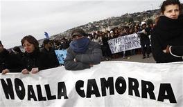 """Демонстранты стоят с плакатом """"Нет Каморре"""" во время акции протеста в Неаполе, 21 марта 2009 года. Полиция Италии арестовала в среду Микеле Дзагариа, лидера влиятельного мафиозного клана """"Казалези"""". REUTERS/ Stefano Renna"""