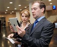 Президент РФ Дмитрий Медведев читает свой iPad в компании шефа РИА Новости Светланы Миронюк 23 июня 2011 года. В разгар массовых акций протеста в России в твиттере Медведева появилась нецензурная брань в адрес недовольных его партией, что Кремль объяснил вмешательством сотрудника, обслуживающего президентский аккаунт. REUTERS/Dmitry Astakhov/RIA Novosti/Kremlin