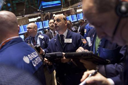 Traders work on the floor of the New York Stock Exchange, December 7, 2011.     REUTERS/Andrew Burton