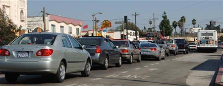 Cars are lined up at a failed traffic signal after a power outage during evening rush hour at an intersection on Sunset Blvd. in the Silver Lake section of Los Angeles September 12, 2005. REUTERS/Jim Ruymen