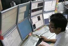 Трейдер следит за ходом торгов на бирже в Сеуле, 16 июля 2007 года. Фондовые рынки Токио и Сеула закрылись снижением в четверг из-за сомнений по поводу способности лидеров Европы согласовать план борьбы с долговым кризисом на саммите в пятницу.   REUTERS/Han Jae-Ho
