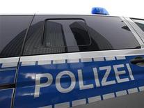 Здание Deutsche Bank отражается в окне полицейского автомобиля, 8 декабря 2011 года. В конверте, отправленном в среду иконе немецкого капитализма главе Deutsche Bank Йозефу Аккерманну, находилась бомба, сообщили в четверг следователи. REUTERS/Ralph Orlowski