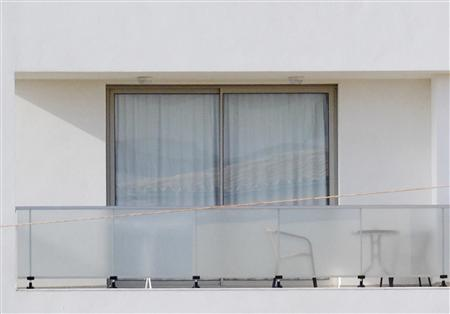 Curtains are drawn at the window of an apartment building where David Spargo lives in Puerto Pollensa on the Spanish island of Mallorca, December 1, 2011. REUTERS/Enrique Calvo