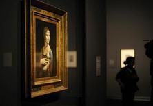 """Картина Леонардо да Винчи """"Дама с горностаем"""" на выставке """"Леонардо да Винчи: художник при миланском дворе"""" в Лондонской Национальной галерее. Фотография сделана 7 ноября 2011 года. Последняя работа Леонардо выходит на большом экране - но речь на этот раз не об актере Ди Каприо, а об итальянском художнике да Винчи. REUTERS/Dylan Martinez"""