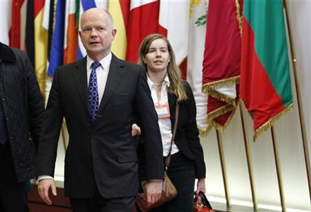Foreign Secretary William Hague (L) leaves a EU foreign ministers meeting in Brussels December 1, 2011.   REUTERS/Francois Lenoir