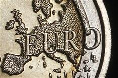 Карта Европы на реверсе монеты номиналом 2 евро. Фотография сделана в Риме 3 декабря 2011 года. Единая европейская валюта и австралийский доллар отыграли часть снижения после сообщений о том, что ЕС планирует предоставить Международному валютному фонду (МВФ) заем в 200 миллиардов евро. REUTERS/Tony Gentile