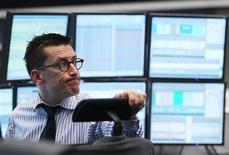 Трейдер следит за ходом торгов на бирже во Франкфурте-на-Майне, 8 декабря 2011 года. Европейские рынки акций открылись снижением в пятницу, сомневаясь в том, что европейские лидеры смогут разработать надежную схему кредитования для борьбы с долговым кризисом еврозоны. REUTERS/Alex Domanski