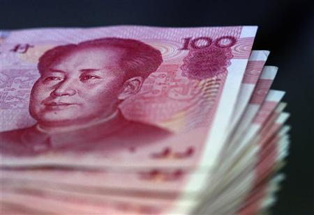 Chinese yuan notes are counted inside a bank in Taipei April 23, 2010.  REUTERS/Nicky Loh