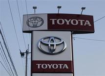 Логотип компании Toyota на здании дилерского магазина в Японии, 18 апреля 2011 г. Toyota Motor Corp, которая, предположительно, утратит позицию лидера авторынка в этом году, более чем вдвое снизила годовой прогноз операционной прибыли - до 200 миллиардов иен ($2,6 миллиарда). REUTERS/Toru Hanai