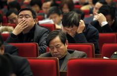 Делегаты на открытии пленарного заседания Шанхайского муниципального народного конгресса в Шанхае, 16 января 2011 г. Пятеро китайских чиновников были отстранены от работы после того, как их увидели спящими или читающими газеты во время видеоконференции, посвященной борьбе с ленью на работе, сообщили в пятницу местные СМИ. REUTERS/Carlos Barria