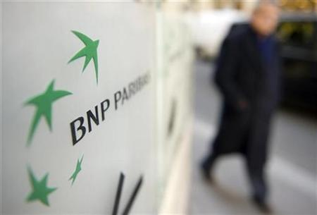 A man walks past the BNP logo at the entrance of the French BNP Paribas bank headquarters in Paris, March 6, 2009.   REUTERS/Philippe Wojazer