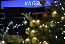Рождественская елка на фоне фондовой биржи Варшавы, 9 декабря 2011 г. Компаниям, собирающим сотрудников на дорогостоящую новогоднюю вечеринку, стоит подумать еще раз - большая часть работников предпочли бы деньги, показал опрос Harris Interactive. REUTERS/Kacper Pempel