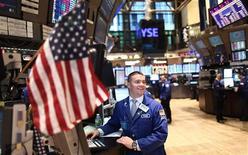 Трейдер на фондовой бирже Нью-Йорка, 8 декабря 2011 г. Фондовые индексы США выросли в начале торгов на Уолл-стрит в пятницу, после того как лидеры Европейского союза согласовали меры борьбы с долговым кризисом еврозоны. REUTERS/Carlo Allegri