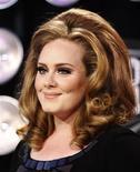 Adele chega aos MTV Video Music Awards, em Los Angeles, em agosto. A cantora britânica se tornou a primeira artista a deixar três marcos importantes nas paradas do iTunes ao ser consagrada com os títulos de single mais vendido, álbum mais vendido e artista do ano para 2011, informou a empresa de música na quinta-feira. 28/08/2011 REUTERS/Danny Moloshok