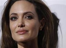 """<p>La actriz y directora Angelina Jolie posa para una fotografía durante el estreno de su cinta """"In the Land of Blood and Honey"""", en Los Angeles, dic 8 2011. Las víctimas de la guerra de Bosnia, que se prolongó entre 1992 y 1995, calmaron esta semana sus dudas sobre de una película de la estrella de Hollywood Angelina Jolie durante una proyección privada. REUTERS/Mario Anzuoni</p>"""