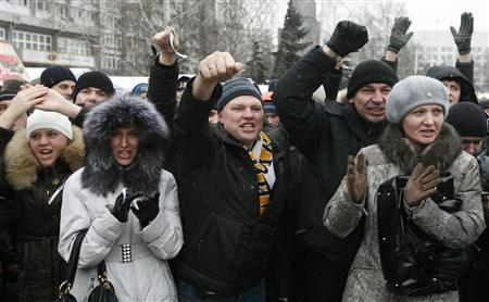 People hold a rally to protest against violations at the parliamentary elections in Russia's Siberian city of Krasnoyarsk December 10, 2011.  REUTERS/Ilya Naymushin
