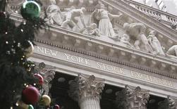 Рождественская елка у здания Нью-Йоркской фондовой биржи. Фотография сделана 8 декабря 2011 года. Трейдеры Уолл-стрит на этой неделе будут следить за тем, как повлиял долговой кризис еврозоны на ожидания компаний. REUTERS/Carlo Allegri