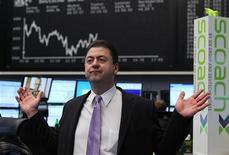 Трейдер реагирует на показатели торгов на бирже во Франкфурте-на-Майне, 8 декабря 2011 года. Европейские рынки акций открылись снижением, так как эйфория, вызванная соглашением Евросоюза об интеграции, рассеялась. REUTERS/Alex Domanski