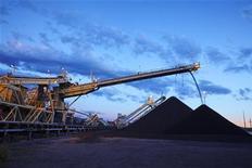Экскаваторы ссыпают уголь на шахте в 140 километрах к северу от Сиднея, 18 октября 2010 года. Австралийская угольная компания Whitehaven Coal договорилась о приобретении за $2,5 миллиарда конкурента Aston Resources и компании Boardwalk Resources, занимающейся разведкой угольных месторождений, чтобы создать крупнейшую угольную компанию Австралии. REUTERS/Rio Tinto/Handout
