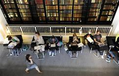 Посетители занимаются в Британской библиотеке в Лондоне, 20 июня 2011 г. Возможно, сейчас и не лучшие времена для маленьких книжных магазинов, но это вовсе не значит, что люди стали меньше читать - они просто перешли от бумажных изданий к электронным. REUTERS/Paul Hackett