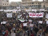 Демонстранты протестуют против правления президента Башара аль-Асада после пятничной молитвы, 9 декабря 2011 г. Одно из крупнейших столкновений между сирийскими войсками и дезертирами произошло в воскресенье в Сирии на фоне забастовок, сообщают местные жители и активисты. REUTERS/Handout