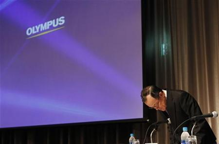 Olympus Corp's President Shuichi Takayama bows at the start of a news conference in Tokyo December 7, 2011. REUTERS/Kim Kyung-Hoon