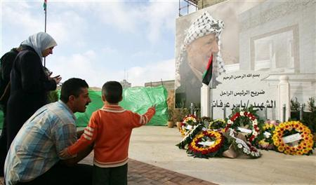 Palestinians visit the grave of late Palestinian leader Yasser Arafat in Ramallah, October 23, 2006, after prayers marking the first day of Eid al-Fitr celebrations, the end of the holy month of Ramadan. REUTERS/Loay Abu Haykel