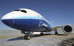 <p>Boeing fait partie des valeurs à suivre lundi à Wall Street après l'annonce d'une commande de dix 787-9 Dreamliner et deux 777 cargo par la compagnie aérienne Etihad. /Photo d'archives/REUTERS/Anthony Bolante</p>