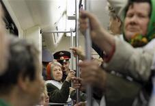 Пожилые люди принимают участие в акции в московском метро 18 мая 2011 года. Организация экономического сотрудничества и развития (ОЭСР) предлагает РФ увеличить пенсионный возраст, в первую очередь, для женщин, ограничить право на досрочный выход на пенсию, изменить политику определения выплат страховых взносов, ввести прогрессивный налог на доходы физлиц, чтобы справиться с растущей нагрузкой на бюджет. REUTERS/Denis Sinyakov