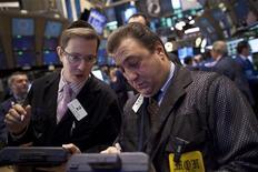 Трейдеры на торгах фондовой биржи в Нью-Йорке 9 декабря 2011 года. Фондовые индексы США упали в начале торгов понедельника на процент из-за опасений того, что соглашения об экономической интеграции в Европе будет недостаточно, чтобы остановить распространение долгового кризиса. REUTERS/Andrew Burton