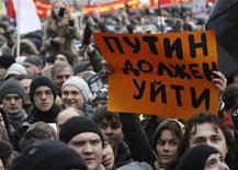 Люди на массовой акции протеста на Болотной площади в Москве 10 декабря 2011 года. Российские власти пропустили мимо ушей требования десятков тысяч недовольных, собравшихся в минувшую субботу в центре Москвы, и организаторы самой массовой акции протеста эпохи Владимира Путина созывают новый митинг под стенами Кремля. REUTERS/Tatyana Makeyeva