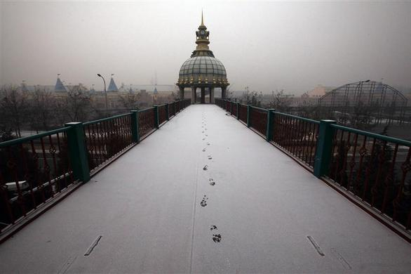 Footsteps in fresh snow are seen across a walkway leading to the entrance of a derelict amusement park called 'Wonderland', on the outskirts of Beijing December 5, 2011.   REUTERS-David Gray