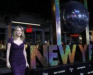 """<p>La actriz Michelle Pfeiffer a su llegada al estreno de la comedia romántica """"New Year's Eve"""", en Hollywood dic 9 2011. La comedia romántica """"New Year's Eve"""" lideró la taquilla norteamericana el fin de semana, pero Hollywood tenía poco que celebrar en un momento en el que las ventas de entradas norteamericanas cayeron a su nivel más bajo en tres años. REUTERS/Mario Anzuoni</p>"""