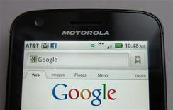 <p>La Commission européenne a suspendu la date-limite du 10 janvier pour sa décision sur le projet de rachat de Motorola Mobility par Google dans l'attente d'informations supplémentaires que doit lui fournir le géant de la recherche sur internet. /Photo prise le 15 août 2011/REUTERS/Brendan McDermid</p>