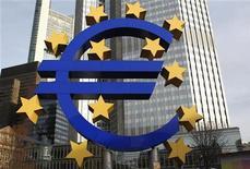 Символ валюты евро у здания ЕЦБ во Франкфурте-на-Майне 8 декабря 2011 года. Евро держится у минимума двух месяцев на азиатских торгах во вторник, а австралийский доллар снижается к паритету с долларом США из-за опасений по поводу сокращения кредитных рейтингов в еврозоне после неубедительных итогов саммита ЕС. REUTERS/Alex Domanski
