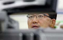 Валютный трейдер Korea Exchange Bank смотрит на компьютерный монитор в дилерской комнате банка в Сеуле 8 августа 2011 года. Фондовые рынки Токио и Сеула закрылись во вторник снижением котировок из-за опасений инвесторов по поводу возможного сокращения кредитных рейтингов еврозоны после неутешительных итогов саммита ЕС на прошлой неделе. REUTERS/Jo Yong-Hak