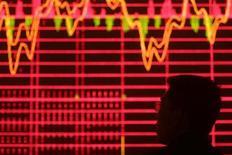 Инвестор смотрит на электронное табло, отображающее котировки фондовых индексов, в брокерском доме в Ухане 24 апреля 2009 года. Фондовые рынки Азии закрылись во вторник снижением котировок из-за опасений инвесторов по поводу возможного сокращения кредитных рейтингов еврозоны после неутешительных итогов саммита ЕС на прошлой неделе. REUTERS/Stringer