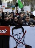 Акция протеста против президента Сирии Башара аль-Асада в Стамбуле 11 декабря 2011 года. Более 5.000 человек погибли в Сирии за девять месяцев столкновений между антиправительственными демонстрантами и войсками, лояльными режиму президента Башара аль-Асада, сообщила комиссар ООН по правам человека Нави Пиллай. REUTERS/Osman Orsal