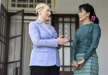 Pro-democracy leader Aung San Suu Kyi (R) and Secretary of State Hillary Clinton meet at Suu Kyi's residence in Yangon December 2, 2011.   REUTERS/Saul Loeb/Pool