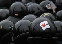 Спецназ полиции противостоит демонстрантам, собравшимся перед зданием суда в знак солидарности с осужденной экс-премьером Украины Юлией Тимошенко 13 декабря 2011.Комиссар Евросоюза Штефан Фюле навестил в тюрьме приговоренную к семи годам лидера украинской оппозиции Юлию Тимошенко, апелляцию которой на суровый приговор во вторник начал рассматривать киевский суд. REUTERS/Gleb Garanich