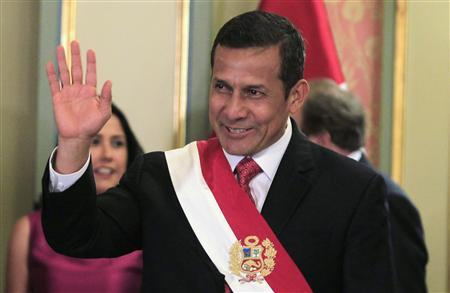 Peru's President Ollanta Humala waves during a swearing-in ceremony of the new cabinet at the Government Palace in Lima December 11, 2011.  REUTERS/Pilar Olivares