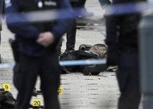 Полицейские вокруг тела погибшего на площади Сен-Ламбер в Льеже 13 декабря 2011 года. Четыре человека, включая нападавшего, погибли в результате акта насилия в бельгийском городе Льеж, сообщают бельгийские СМИ. REUTERS/Thierry Roge