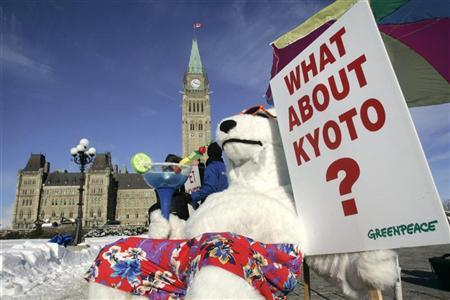 A Greenpeace activist dressed in a polar bear costume demonstrates in front of Parliament Hill to call on Canada's minority Conservative government to meet its commitments under the Kyoto Protocol, in Ottawa January 29, 2007.  REUTERS/Chris Wattie