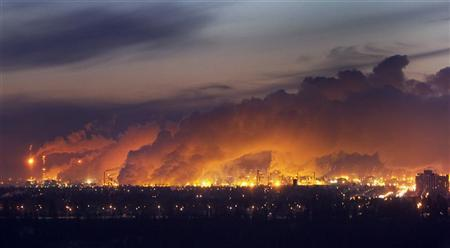 Steam rises from nearby oil refineries over the city just before dawn in Edmonton, Alberta December 8, 2009.    REUTERS/Andy Clark